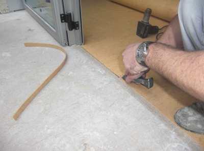 Укладка линолеума на бетонный пол – как получить желаемый результат без ошибок и потерь?